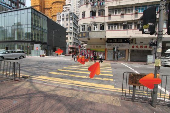 行至馬路轉右,過對面行人路,再轉左過對面行人路,轉右