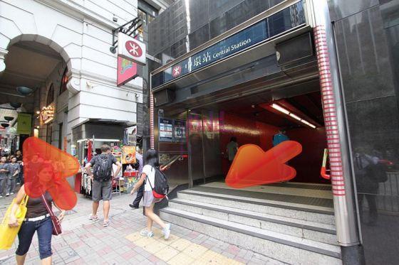 由中環地鐵站D2出口出,向右行。