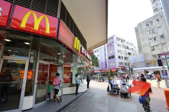 在大埔廣福道的「麥當勞」過對面馬路,至「匯豐銀行」。