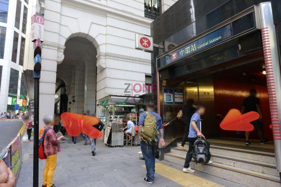 在中環地鐵站D1 出口出,向右行。