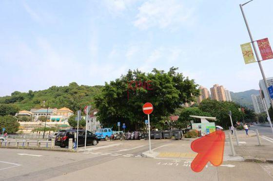左轉後會見到垃圾站,沿垃圾站方向行。