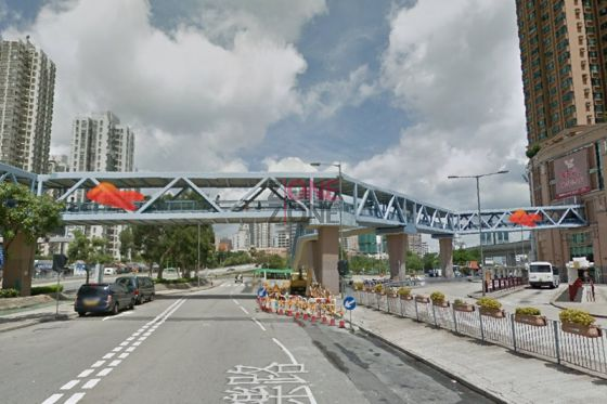在元朗西鐵站 J 出入口出,穿過新元朗中心,過天橋。