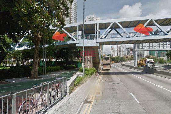 沿天橋行至對面行人路。