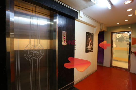 一出電梯向左行,再轉左。