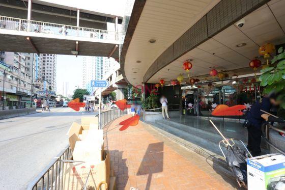 穿過葵涌廣場,靠右過對面馬路,再轉左過馬路,再向右行。