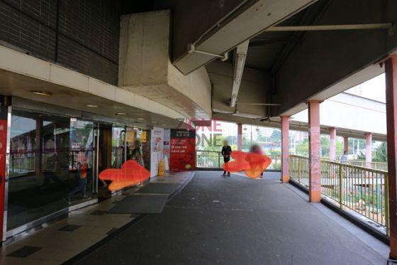 在葵涌足球場天橋出口出,並落樓梯。