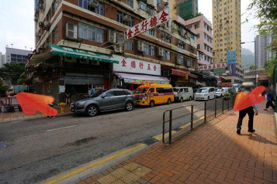 過馬路後,繼續直行入內街。