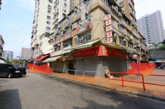 入內街後,靠左行,見紅色欄杆再轉左入。