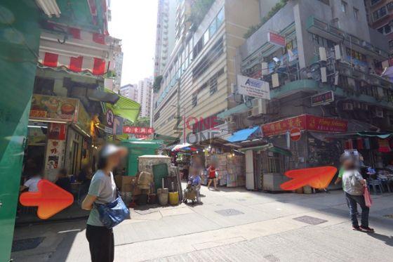 至十字路口,前方已見到位於2樓的 Ban Thai Massage。