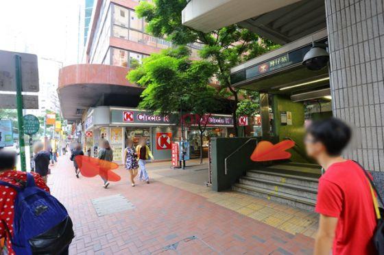 灣仔地鐵站 A2 出口一出,轉右直行。