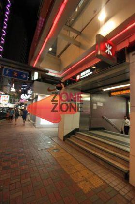 從港鐵銅鑼灣站C 出口向右轉