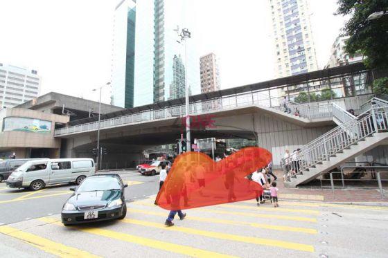 旺角火車站B出口一出直行,落天橋