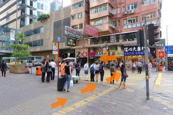 行至上海街路口,過對面馬路,向左行。
