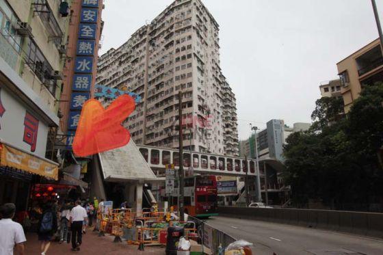 鰂魚涌市政大廈對面,萬利廣場入口在天橋下面