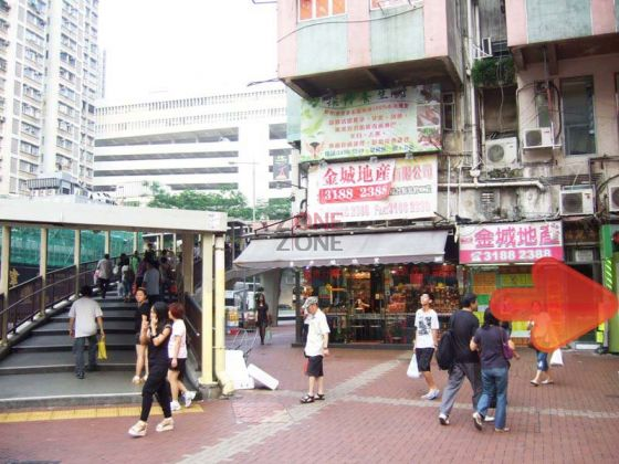 沿水果店旁的小巷,步行10步