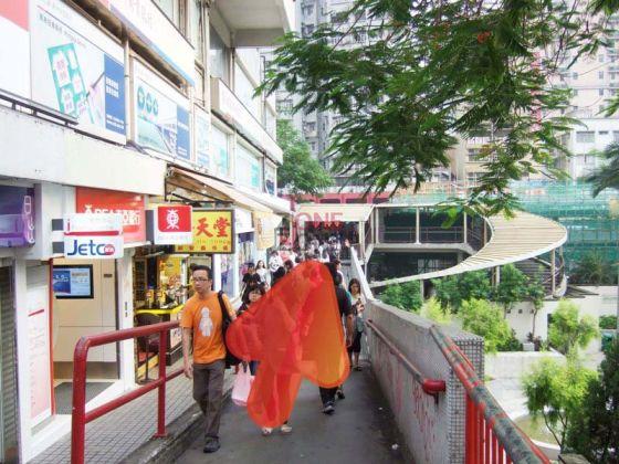 荃灣港鐵站B出口, 直行1分鐘至行人天橋