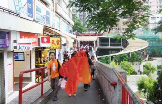 荃灣港鐵站B出口,直到到行人天橋盡頭