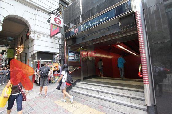 中環地鐵站D1出口, 一出轉右直上