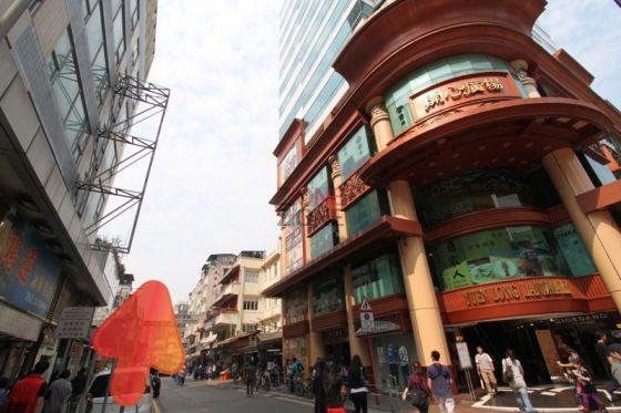 沿開心廣場同樂街直入