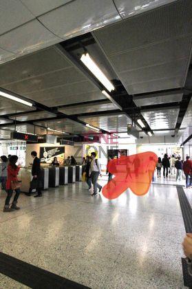 觀塘地鐵站A2出口一出,轉左入APM
