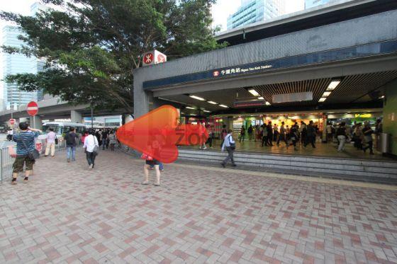 地鐵站B出口一出,向右轉直行