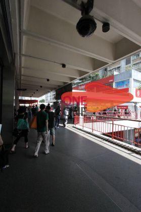 從地鐵站B1一出,經天橋一路直行