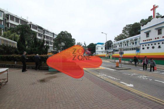 在旺角登打士街乘紅色小巴, 入西貢市中心第一個站下車, 再過對面馬路