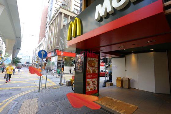 行約30秒見「麥當勞」,繼續直行過馬路。